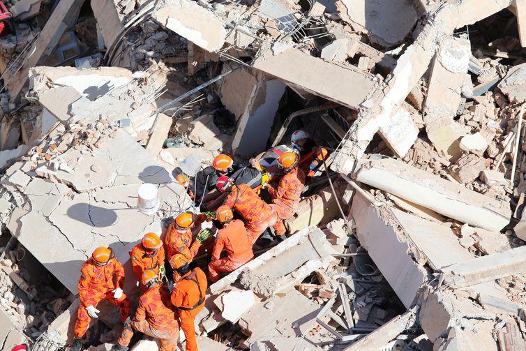 Equipes de resgate resgatam uma vítima após um prédio residencial de sete andares desabar em Fortaleza, Brasil, 15 de outubro de 2019. REUTERS / Diario do Nordeste / Jose Eleomar