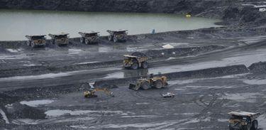 Tratores e escavadeiras em uma área de mineração