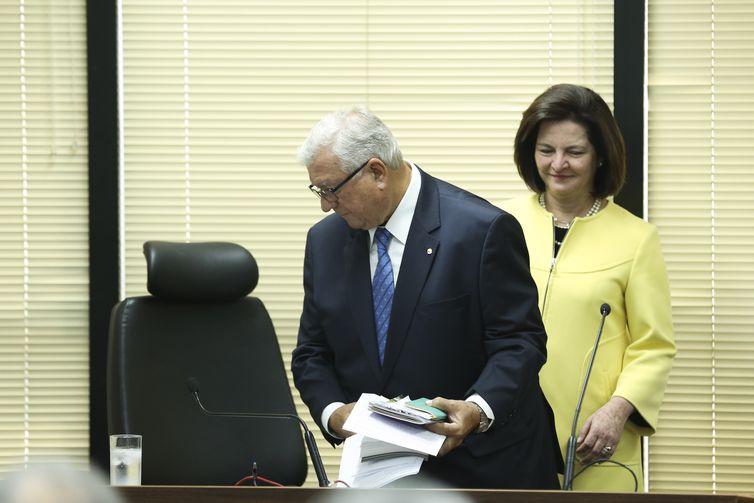O subprocurador-geral da República Alcides Martins e a procuradora-geral da República, Raquel Dodge, durante cerimônia de transmissão de cargo no plenário do Conselho Superior do Ministério Público Federal (CSMPF)