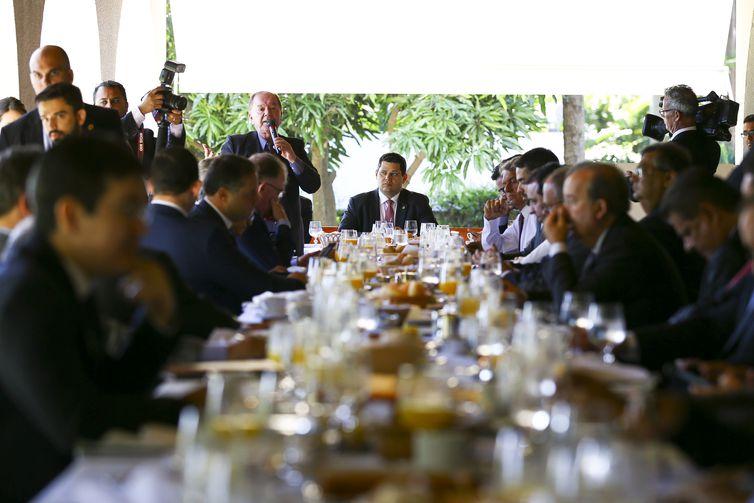 Os presidentes do Senado, Davi Alcolumbre, e da Câmara dos Deputados, Rodrigo Maia, durante reunião com governadores e parlamentares, na residência oficial do Senado.