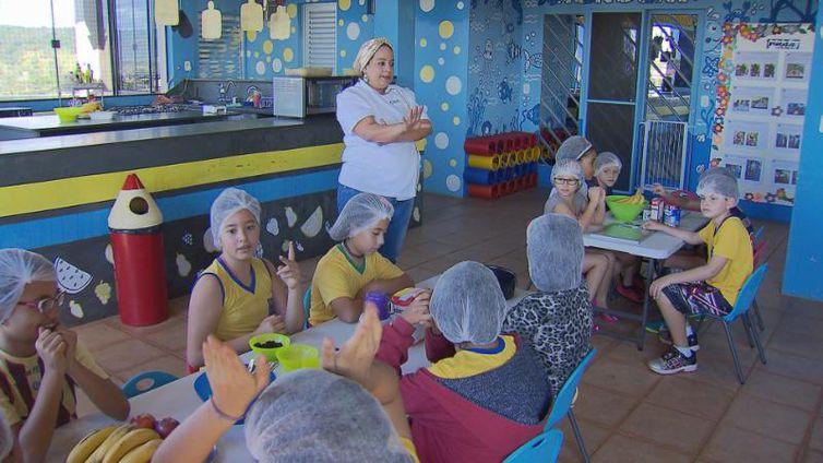 Crianças preparam o próprio lanche e aprendem sobre alimentação saudável em Brasília