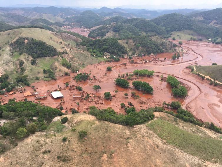 Mariana (MG) - barragem pertencente à mineradora Samarco se rompeu no distrito de Bento Rodrigues, zona rural a 23 quilômetros de Mariana, em Minas Gerais (Corpo de Bombeiros/MG - Divulgação)