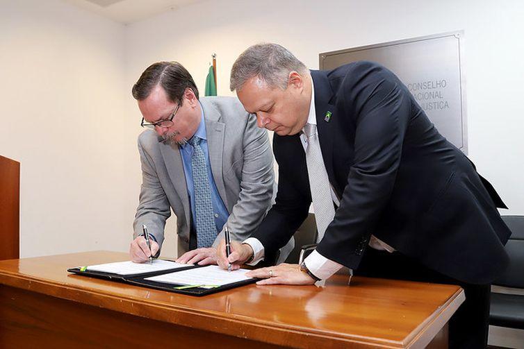 Assinatura de termo do CNJ com Arpen para Justiça Presente. Secretário-Geral do CNJ, Dr. Carlos Vieira von Adamek, Presidente da Arpen, Arion Toledo Cavalheiro Junior. FOTO: Luiz Silveira/Agência CNJ