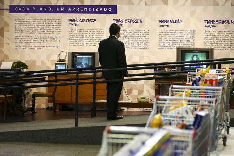 """O Banco Central inaugura a exposição """"Estabilidade Real"""", que celebra os 25 anos do lançamento do Real."""