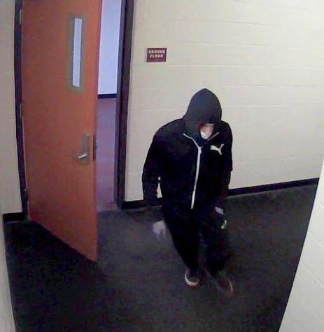 Câmara de segurança gravou suspeito de esfaquear e matar estudante brasileiro na Universidade de Binghamton.