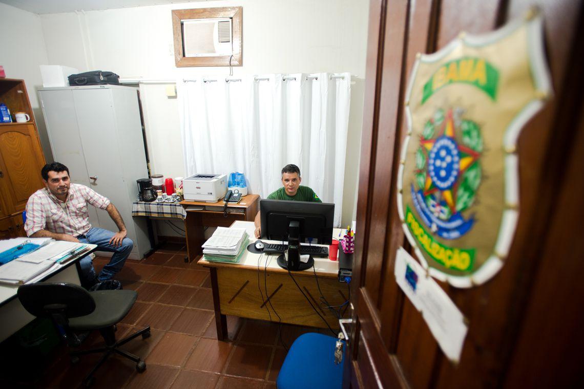 Funcionários do Ibama, Evandro Selva e Edílson Fagundes atuam em uma área de 150 mil quilômetros quadrados no noroeste de Mato Grosso (Marcelo Camargo/Agência Brasil)
