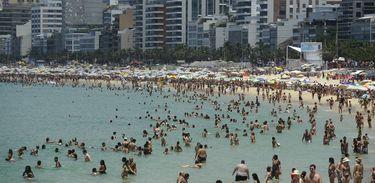 Banhistas combatem calor intenso com banho de mar na praia de Ipanema no último dia de 2014 (Fernando Frazão/Agência Brasil)