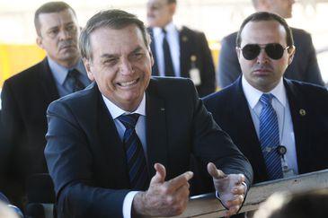 Presidente Jair Bolsonaro fala à imprensa ao sair do Palácio da Alvorada