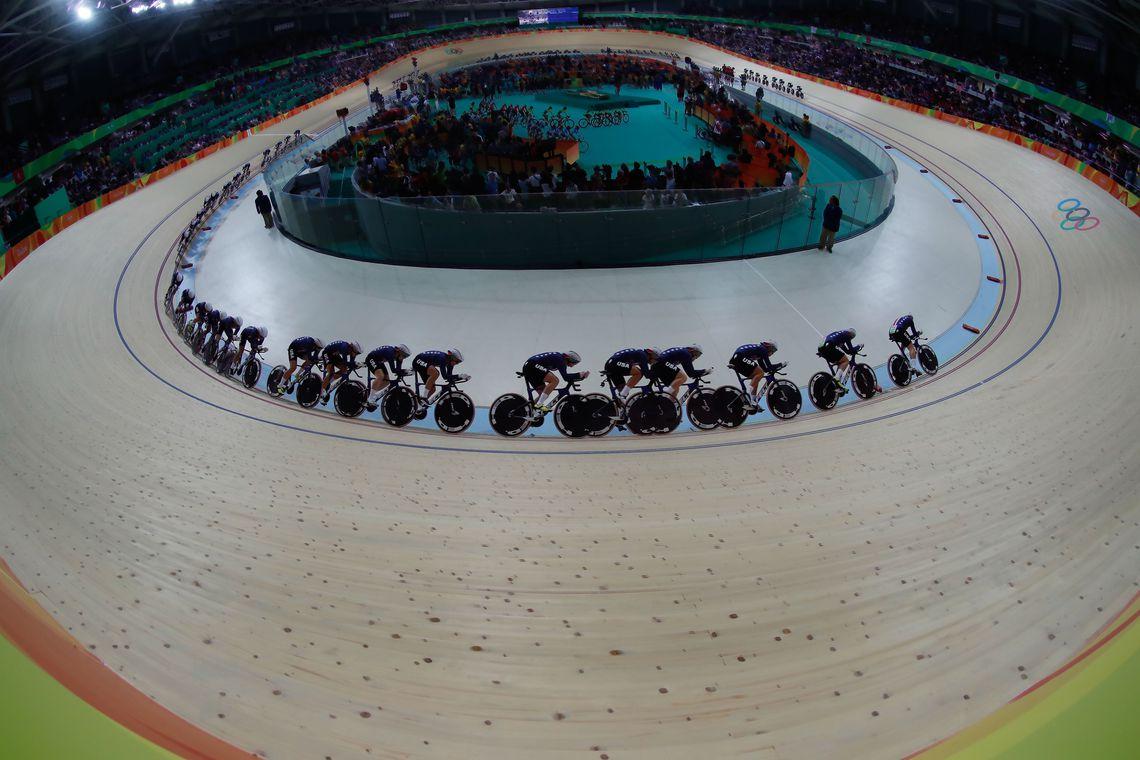 Rio de Janeiro - Foto de múltipla exposição mostra a final da perseguição por equipes feminina de ciclismo, em que a Grã-Bretanha venceu os Estados Unidos e levou medalha de ouro no Velódromo dos Jogos Rio 2016, no Parque Olímpico.
