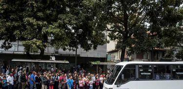 Pessoas aguardam por ônibus nas paradas de Caracas, no dia em que a oposição convocou o país para uma greve geral