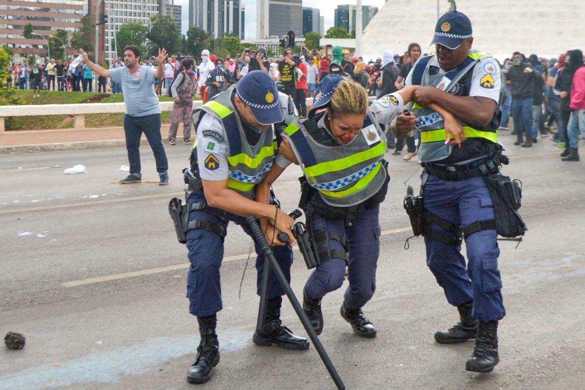 Brasília - Policiais e manifestantes entram em confronto na Esplanada dos Ministérios  durante protesto contra a aprovação da PEC do Teto dos Gastos Públicos (Marcello Casal Jr/Agência Brasil)