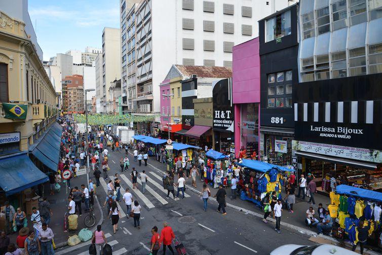 Vendas de artigos para Copa do Mundo 2018 na 25 de Março, região central de São Paulo.