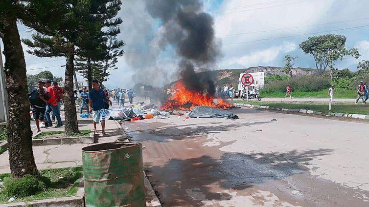 BRA01. PACARAIMA (BRASIL), 18/08/2018.- Ciudadanos brasileños se manifiestan contra la presencia de inmigrantes venezolanos hoy, sábado 18 de agosto de 2018, en la localidad fronteriza de Pacaraima (Brasil). Un grupo de brasileños se manifestó