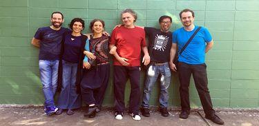 Parte dos integrantes do grupo Barbatuques com Arrigo Barnabé