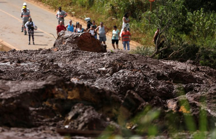Residents are seen on a road blocked after a dam owned by Brazilian miner Vale SA that burst, in Brumadinho, Brazil January 26, 2019. REUTERS/Adriano Machado