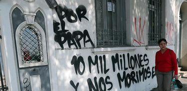 Santiago – Os muros da Igreja Cristo Pobre foram pichados com mensagens contra a visita do papa Francisco