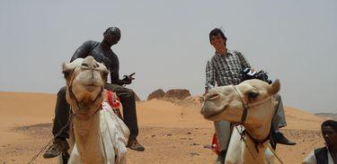 Luís Nachbin e o ecoartista Ruganzu Bruno durante passeio pelo deserto do Sudão