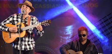 No palco, o violeiro Volmi Batista