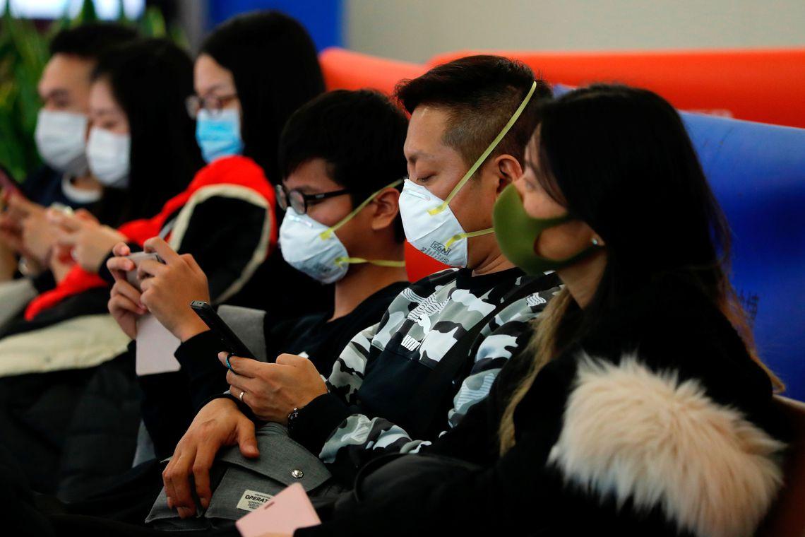 Os passageiros usam máscaras para evitar o surto de um novo coronavírus na Estação Ferroviária de Alta Velocidade West Kowloon de Hong Kong, em Hong Kong, China em 23 de janeiro de 2020. REUTERS / Tyrone Siu