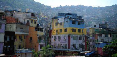 Visão de casas no morro onde fica a comunidade Rocinha