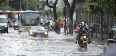 Rio de Janeiro - Forte chuva no início da tarde de hoje deixa ruas alagadas no centro da cidade  (Tomaz Silva/Agência Brasil)