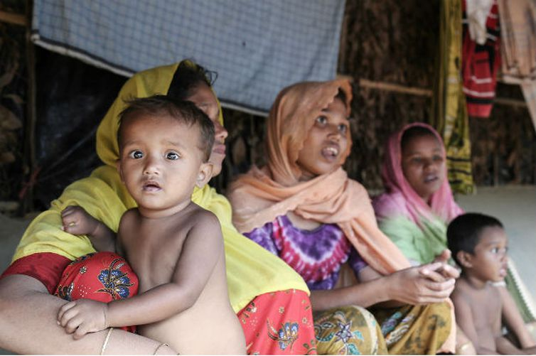 Famílias rohingyas no acampamento improvisado de Balukhali, em Cox's Bazar, Bangladesh