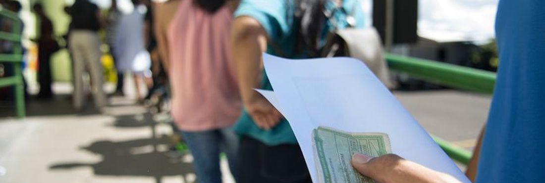 Muitos eleitores deixaram para a última hora a regularização de pendências junto à Justiça Eleitoral. Em Brasília, o dia foi marcado por longas filas, que se formaram desde oito horas da manhã, em diversos cartórios eleitorais.