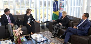 Responsável por missão da OEA, presidente da Costa Rica, Laura Chinchilla (esq), é recebida pela presidente do TSE, ministra Rosa Weber (dir)