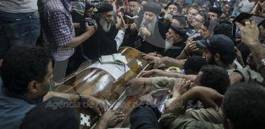 Um ataque terrorista contra um ônibus que levava cristãos coptas deixou pelo menos 23 mortos e diversos feridos no Egito hoje