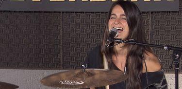 Aline Vivas, baterista da banda Barba Ruiva