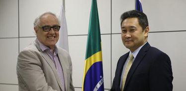 Laerte Rímoli cumprimenta o embaixador do Cazaquistão