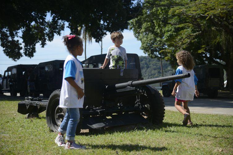 Crianças com deficiência e familiares participam do evento Um Dia de Fuzileiro Naval e Marinheiro, no Centro de Instrução Almirante Sylvio de Camargo (CIASC), na Ilha do Governador.