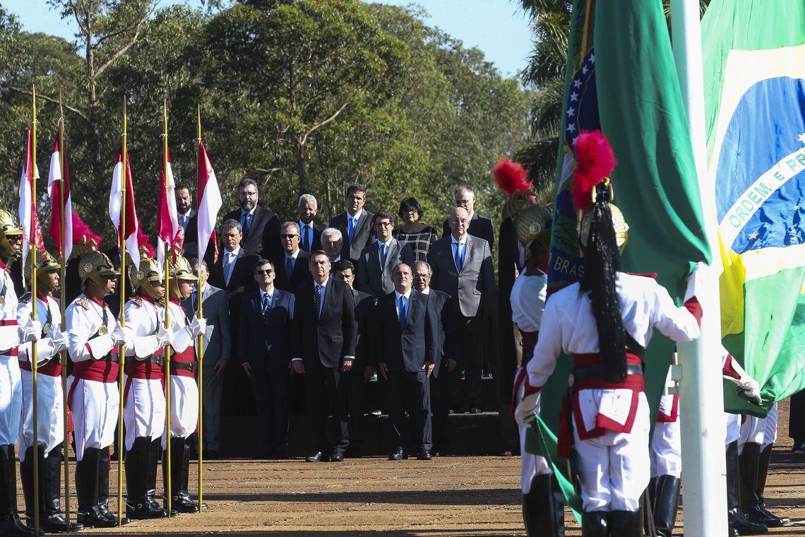 O Presidente Jair Bolsonaro, durante hasteamento da Bandeira Nacional no palácio da Alvorada