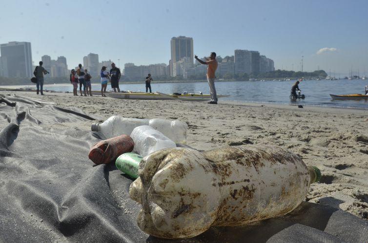 Atletas e ambientalistas protestam na praia de Botafogo contra poluição da Baía de Guanabara, local das provas de vela nos Jogos Olímpicos de 2016 (Fernando Frazão/Agência Brasil)