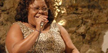 Tia Surica homenageia Clara Nunes