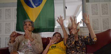 Idosas torcem pelo Brasil no Amparo Thereza Christina, no Rio de Janeiro