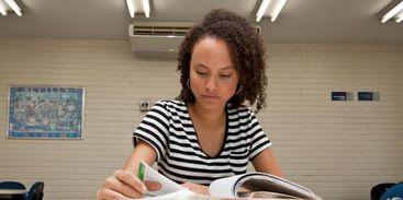 Pré-vestibulanda se prepara os exames de acesso ao ensino superior