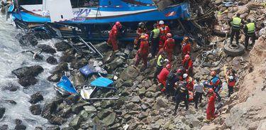 Ônibus cai de penhasco próximo a Lima, no Peru, e deixa ao menos 48 mortos
