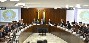 Brasília - O presidente interino Michel Temer coordena a primeira reunião ministerial de seu governo, no Palácio do Planalto (José Cruz/Agência Brasil)