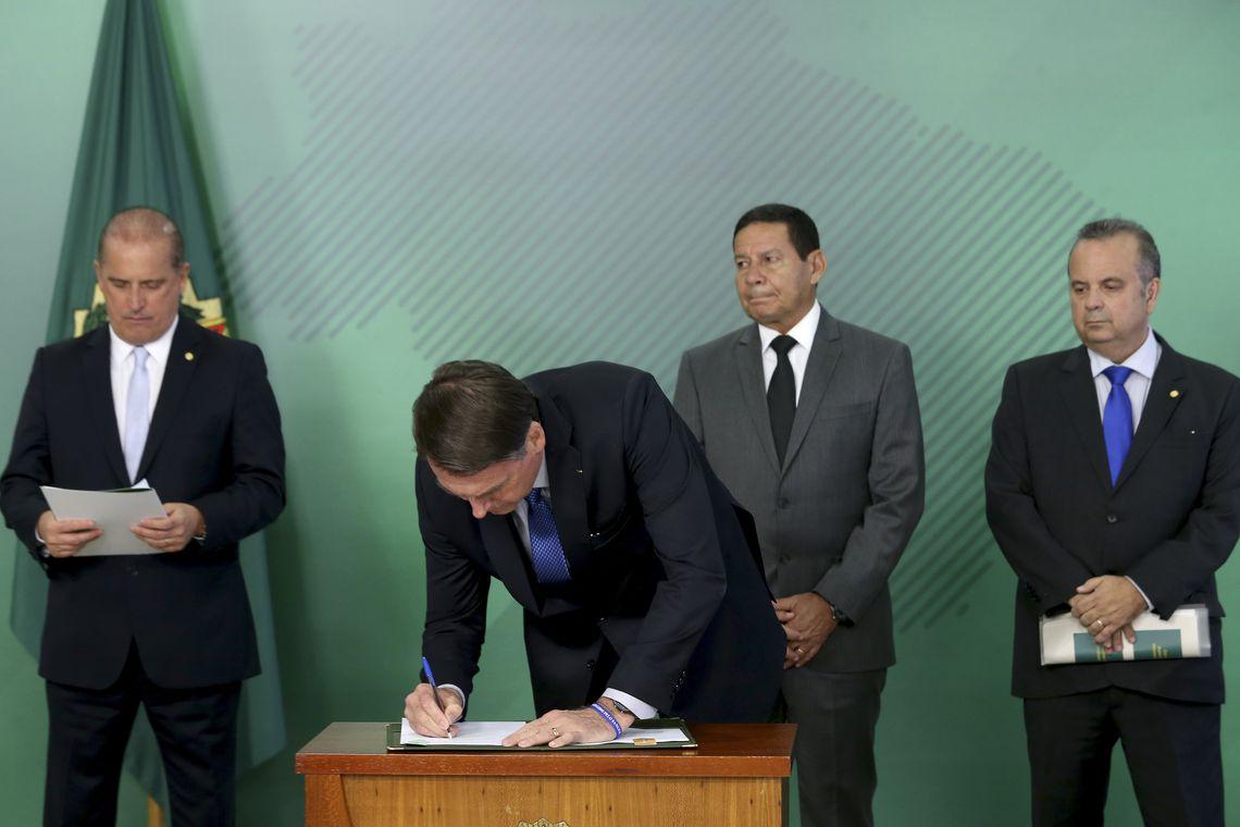 O presidente Jair Bolsonaro, assina medida provisória que estabelece medidas para combater fraudes em benefícios pagos pela Previdência Social.