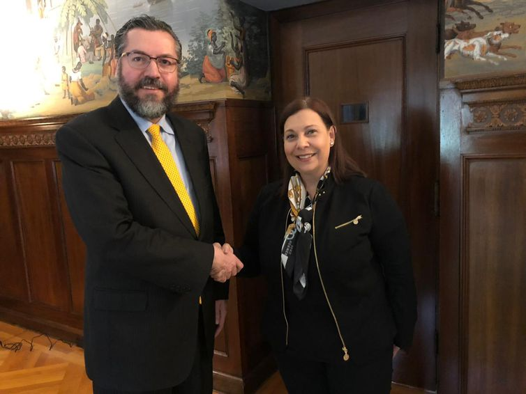 - O ministroErnesto Araújorecebe, na Embaixada do Brasil em Washington, María Teresa Belandria-  strong Divulgação/MRE /strong