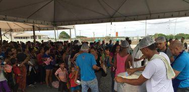 Venezuelanos atendidos pela Operação Acolhida recebem comida
