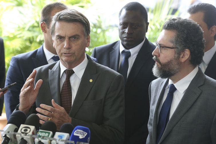 O presidente eleito Jair Bolsonaro e o futuro ministro das Relações Exteriores, embaixador Ernesto Fraga Araújo, concedem entrevista à imprensa no CCBB.