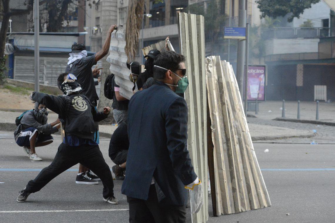 Rio de Janeiro - Confronto durante protesto de servidores estaduais contra aumento da contribuição previdenciária aprovado na Alerj (Fernando Frazão/Agência Brasil)