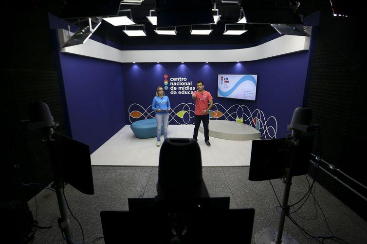 Professores do Centro Nacional de Mídias de Educação gravam aulas e interagem com alunos de todo o Brasil   (Marcelo Camargo/Agência Brasil)