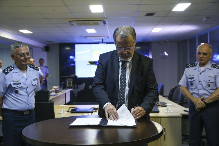 O ministro da segurança pública, Raul Jungmann, e o comandante da Aeronáutica, Nivaldo Luiz Rossato, assinam parceria, para repasse de verba à Força Aérea Brasileira, que serão usados para  instalação de radares na fronteira com Paraguai e Bolívia