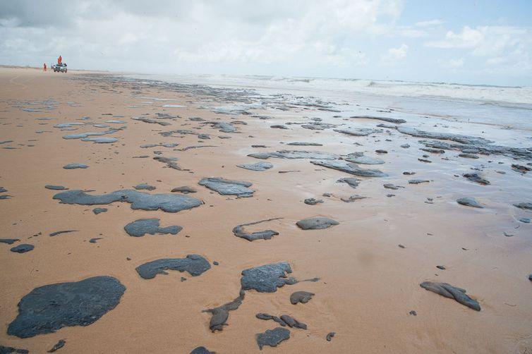 Mancha de óleo atinge o litoral do Sergipe
