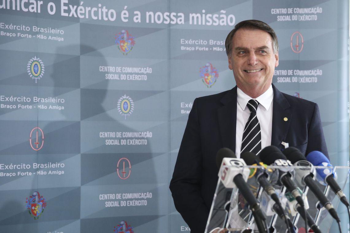 O presidente eleito Jair Bolsonaro fala à imprensa, após receber uma honraria do Exército, a Medalha do Pacificador com Palma, entregue durante audiência fechada no Quartel-General do Exército, em Brasília.