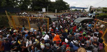 Caravana de hondurenhos começa a entrar a à força no México, a partir da Guatemala