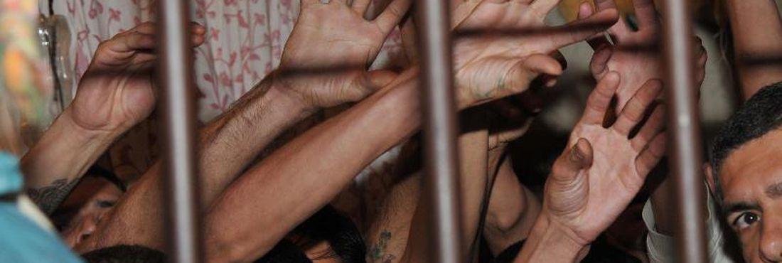 Somente atrás dos Estados Unidos, China e Rússia, o Brasil concentra 515 mil detentos em seu sistema prisional